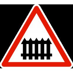 Panneau de danger passage à niveau muni de barrières à fonctionnement manuel A7