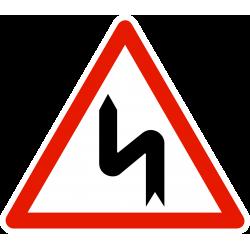 Panneau de danger succession de virages dont le 1er est à gauche A1D